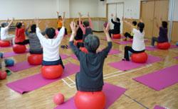 シニアのための膝痛、腰痛、肩こり緩和のバランスボールレッスン
